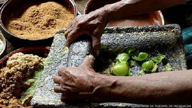 151124130348_unesco_intangible_heritage_mexican_food_624x351_secretariadeturismodemichoacan[1]