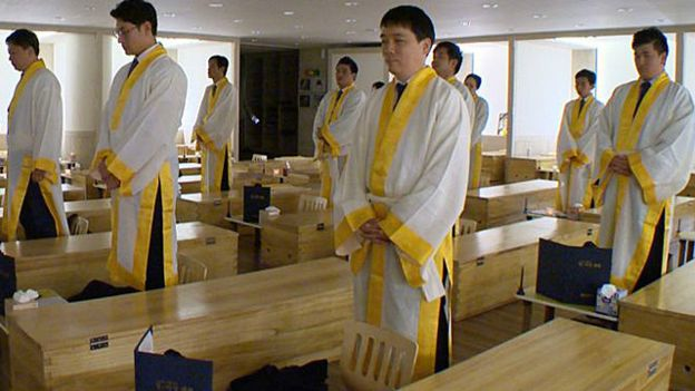 151214111644_south_korea_coffins_640x360_bbc_nocredit[1]